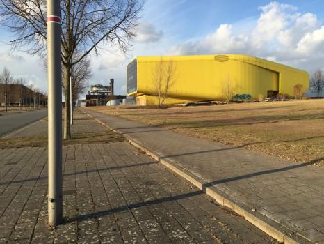 Der ehemalige Expo-Pavillon von Litauen und im Hintergrund der Pavillon der Niederlande.
